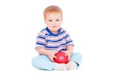 Vrij kleine jongen met rode bal Stock Foto's