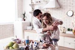 Vrij langharige jonge vrouw in een satijnbovenkant die cornflakes voor ontbijt eten royalty-vrije stock afbeeldingen