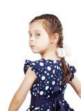 Vrij leuk jong meisje die de donkerblauwe kleding dragen die terug eruit zien Royalty-vrije Stock Afbeelding