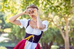 Vrij meest oktoberfest blonde die in het park glimlachen Stock Afbeelding
