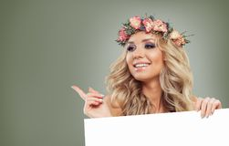 Vrij Modelgirl pointing haar Vinger en het Tonen van Spatie Stock Fotografie
