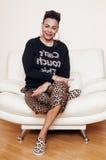 Vrij modieuze Afrikaanse Amerikaanse grote goed geklede mammavrouw swag ontspan thuis, luipaarddruk op clothers Stock Afbeeldingen