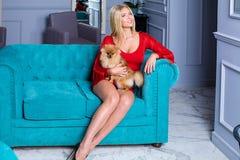 Vrij modieuze blondevrouw in rode kleding stock foto