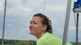 Vrij mooie vrouw in romantische de zomer groene kleding op wit jacht stock videobeelden