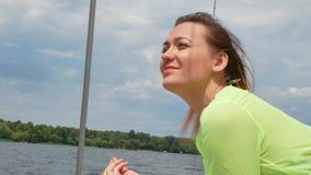 Vrij mooie vrouw in romantische de zomer groene kleding op wit jacht stock footage