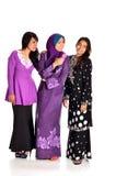 Vrij moslimvrouwenmodel in actie, betreffende witte achtergrond Royalty-vrije Stock Fotografie