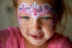Vrij opwindend blauw-eyed meisje van 2 jaar met gezicht het schilderen Royalty-vrije Stock Foto