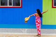 Vrij Polynesische eilandbewoner in een rode bloemenkleding stock foto's