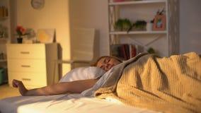 Vrij positieve vrouwenontwaken in ochtend, die dag van zonlicht, welzijn genieten stock videobeelden
