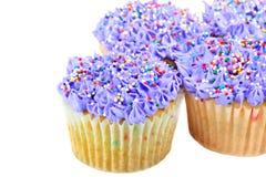 Vrij Purpere Cupcakes op wit met exemplaarruimte. Royalty-vrije Stock Afbeelding