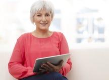 Vrij rijpe bedrijfsvrouw die vol vertrouwen glimlachen royalty-vrije stock afbeeldingen
