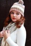 Vrij rood geleid meisje die pom pom hoed en sjaal dragen Royalty-vrije Stock Foto's