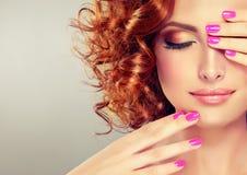Vrij rood haired meisje met krullen royalty-vrije stock foto