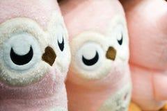 Vrij roze uilpoppen in de rij op de plank Klaar voor verkoop , Thailand stock afbeelding