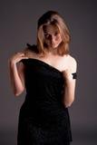 Vrij sensuele blonde in avondjurk royalty-vrije stock fotografie
