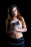 Vrij sexy vrouw die met lange metaalketting wordt gebonden met een bijl stock afbeelding