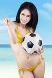 Vrij sexy vrouw met een voetbalbal Royalty-vrije Stock Afbeeldingen