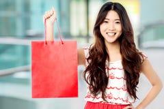 Vrij shopaholic meisje met het winkelen zak Stock Afbeeldingen