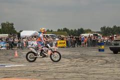 Vrij slag motoshow in Duitsland Motorider wordt klaar te springen Duits-Stuntdays, Zerbst - 2017, Juli 08 Royalty-vrije Stock Fotografie