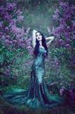 Vrij slank meisje met donker haar in een lange smaragdgroene kledingswi royalty-vrije stock afbeelding