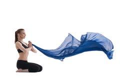 Vrij slank meisje met het blauwe schot van de doekstudio Royalty-vrije Stock Afbeelding