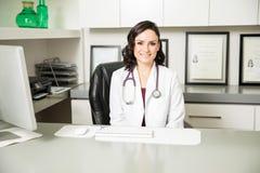 Vrij Spaanse vrouwelijke arts in een bureau royalty-vrije stock afbeelding