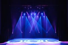 Vrij stadium met lichten, achtergrond van leeg stadium, schijnwerper, neonlicht, rook royalty-vrije stock fotografie
