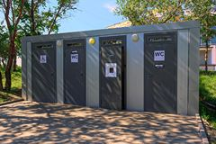 Vrij stationair toilet in het stadspark stock foto