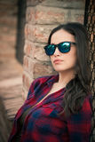 Vrij stedelijk meisjesportret met zonnebril in de stad Stock Afbeelding