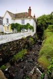 Vrij traditioneel huis door een stroom Royalty-vrije Stock Afbeelding
