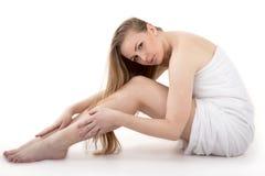 Vrij volwassen meisje met perfecte benen met handdoek Stock Foto