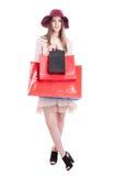 Vrij in vrouw die zwarte en rode het winkelen zakken tonen Royalty-vrije Stock Foto's