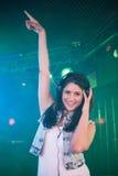 Vrij vrouwelijk DJ die pret hebben terwijl het luisteren muziek op hoofdtelefoon Stock Foto's