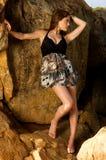Vrij vrouwelijk model dat zich op de rotsen bevindt Stock Foto's