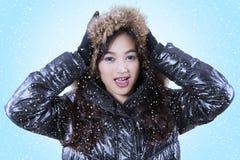 Vrij vrouwelijk model in de winterkleding Stock Foto