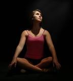 Vrij Vrouwelijke Danser Sitting Cross-Legged stock fotografie