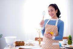 Vrij vrouwelijke holdingskom met een glimlach in keuken royalty-vrije stock fotografie