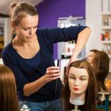 Vrij vrouwelijke kapper/haidressing leerling/student royalty-vrije stock fotografie