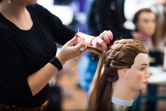 Vrij vrouwelijke kapper/haidressing leerling/student stock fotografie