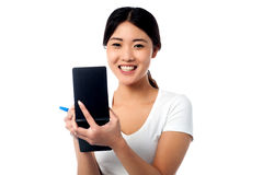 Vrij vrouwelijke medewerker die onderaan nota's nemen Stock Fotografie