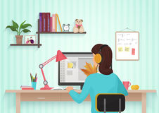 Vrij vrouwelijke ontwerper die met kleuren thuis werken Jonge vrouw die in bureau werken, zittend bij bureau, die computer met be royalty-vrije illustratie