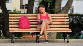Vrij Vrouwelijke Student Writing stock foto's