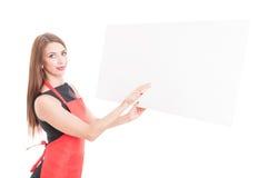 Vrij vrouwelijke werknemer die iets op karton voorstellen royalty-vrije stock foto's