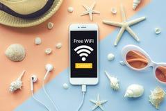 Vrij WiFi en verbindt concept aan smartphone en element van zeeschelp royalty-vrije stock fotografie