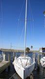 Vrij wit schip dat op kust wordt gedokt royalty-vrije stock fotografie