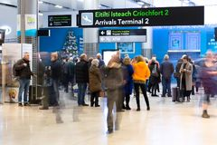 Vrijdag, 22 December, 2017, Dublin Ireland - mensen bij Eind 2 aankomst Stock Foto's