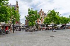 Vrijdagmarkt星期五有安装在大阳台的游人的集市广场在绅士,比利时的历史的市中心 图库摄影