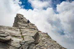 Vrije berg die op steile rotsachtige helling beklimmen stock afbeeldingen