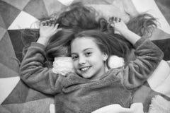 Vrije geleide meditatie en ontspanningsmanuscripten voor jonge geitjes Het meisje weinig kind ontspant thuis Avondontspanning v?? royalty-vrije stock fotografie