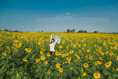 Vrije gelukkige jonge vrouw die van aard genieten Schoonheidsmeisje openlucht Fre royalty-vrije stock fotografie